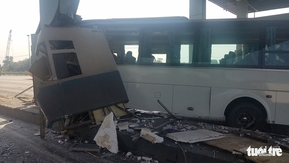Xe khách tông vào trạm thu phí trên cao tốc, nhiều hành khách thót tim - Ảnh 2.