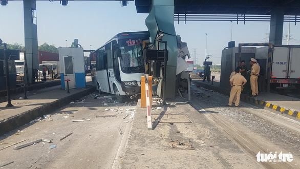 Xe khách tông vào trạm thu phí trên cao tốc, nhiều hành khách thót tim - Ảnh 1.