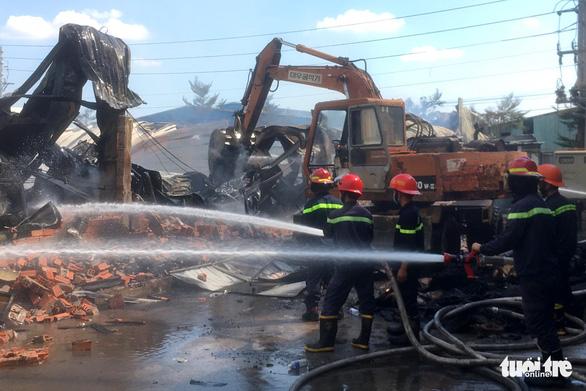 Điều xe cuốc phá tường, hỗ trợ lực lượng PCCC dập lửa - Ảnh 2.