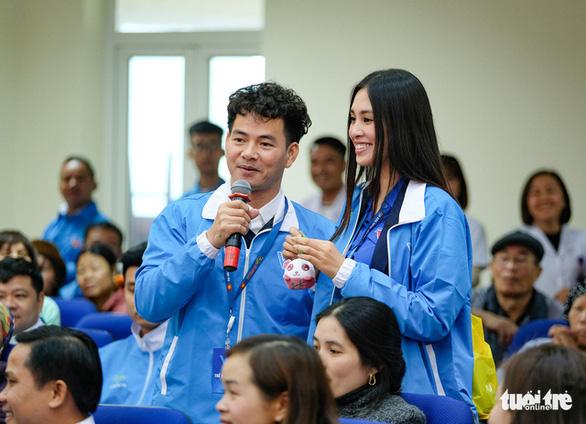 Hoa hậu Tiểu Vy, ca sĩ Thái Thùy Linh mang âm nhạc đến cho bệnh nhi - Ảnh 1.