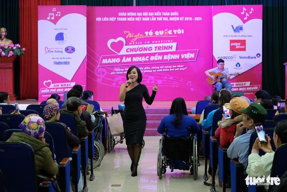Hoa hậu Tiểu Vy, ca sĩ Thái Thùy Linh mang âm nhạc đến cho bệnh nhi - Ảnh 4.