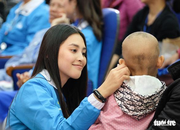 Hoa hậu Tiểu Vy, ca sĩ Thái Thùy Linh mang âm nhạc đến cho bệnh nhi - Ảnh 7.