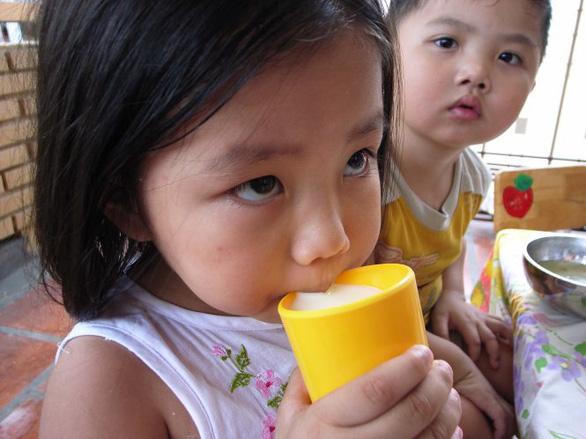 Trẻ em mẫu giáo và lớp 1 ở TP.HCM tiếp tục được uống sữa tại trường - Ảnh 1.