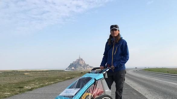 Thán phục cô gái mắc bệnh lạ đẩy xe đi bộ 6.000 km  - Ảnh 1.
