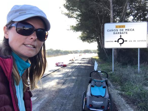 Thán phục cô gái mắc bệnh lạ đẩy xe đi bộ 6.000 km  - Ảnh 3.