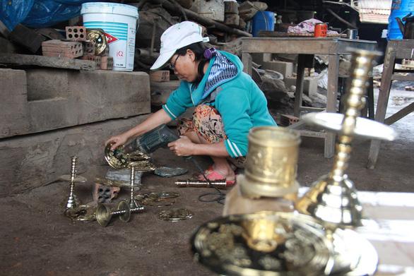 Ngôi làng chuyên làm đồ đồng chưng cúng nổi tiếng nhất Điện Bàn - Ảnh 2.