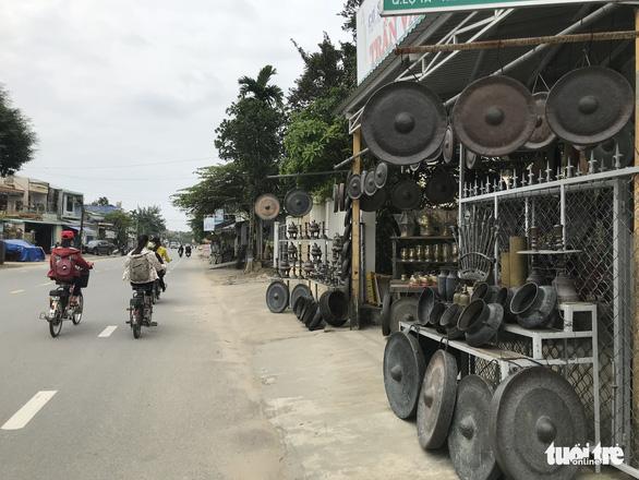 Ngôi làng chuyên làm đồ đồng chưng cúng nổi tiếng nhất Điện Bàn - Ảnh 4.