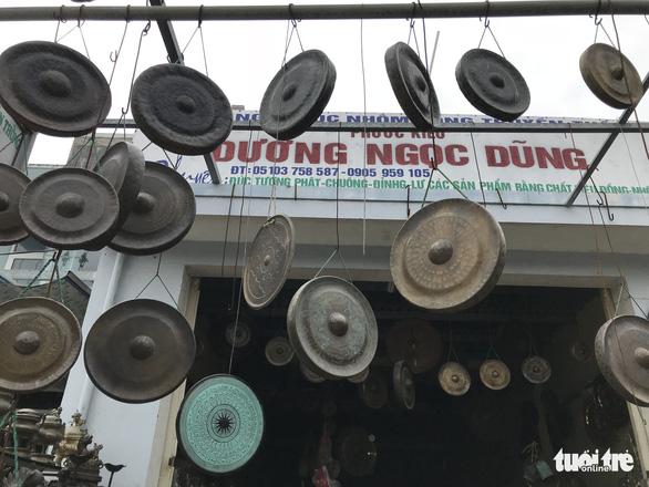 Ngôi làng chuyên làm đồ đồng chưng cúng nổi tiếng nhất Điện Bàn - Ảnh 1.