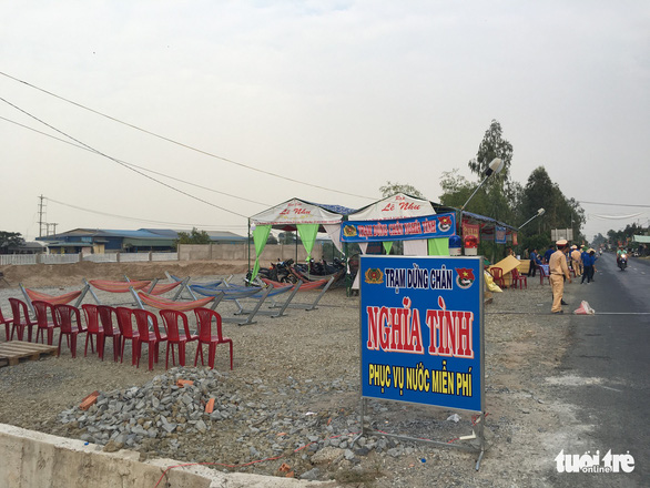 CSGT Hồng Ngự lập trạm nghỉ, tặng nước suối cho dân - Ảnh 2.