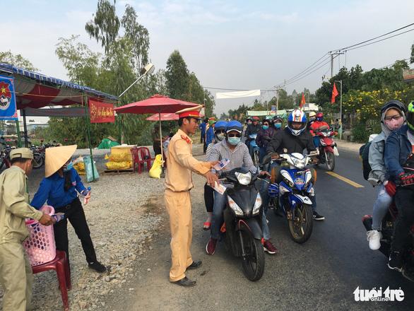 CSGT Hồng Ngự lập trạm nghỉ, tặng nước suối cho dân - Ảnh 1.