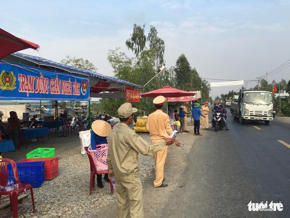 CSGT Hồng Ngự lập trạm nghỉ, tặng nước suối cho dân - Ảnh 3.
