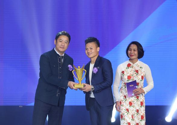Quang Hải giành danh hiệu VĐV nam của năm - Cup Chiến thắng 2018 - Ảnh 1.