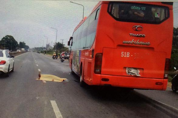 Xe khách tông chết một phụ nữ băng qua đường - Ảnh 1.
