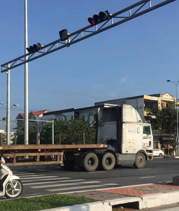 Công an vào cuộc xác minh đoàn xe đầu kéo vượt đèn đỏ ở Đà Nẵng - Ảnh 2.
