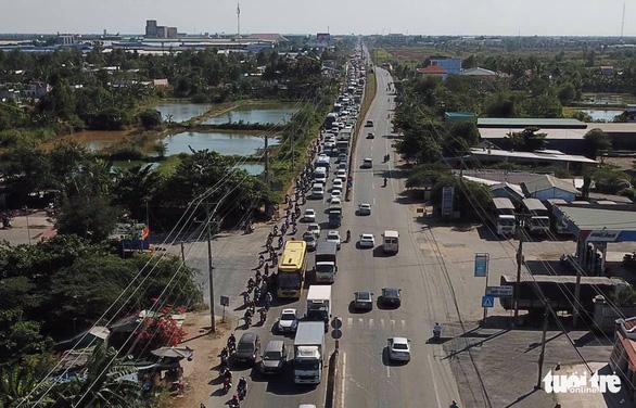 Xe khách chết máy trên cầu Mỹ Thuận, quốc lộ 1 kẹt chục cây số - Ảnh 6.