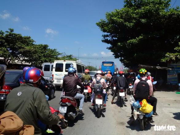 Xe khách chết máy trên cầu Mỹ Thuận, quốc lộ 1 kẹt chục cây số - Ảnh 4.