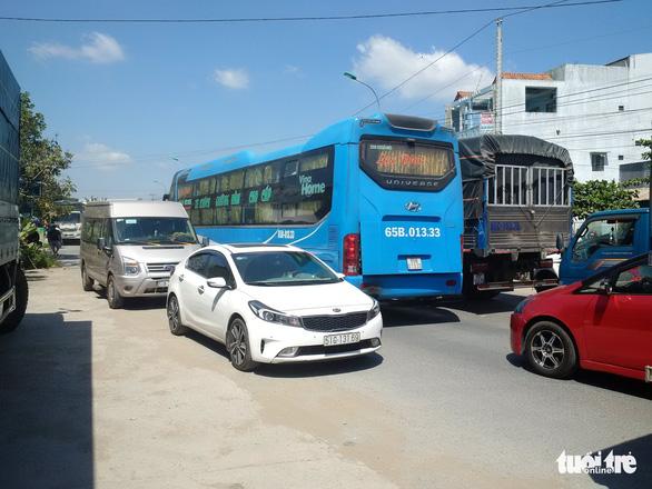 Xe khách chết máy trên cầu Mỹ Thuận, quốc lộ 1 kẹt chục cây số - Ảnh 3.