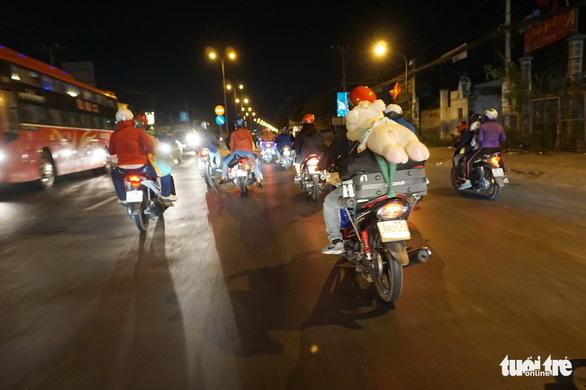 Lên lại Sài Gòn với trĩu nặng quà quê - Ảnh 3.