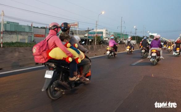 Lên lại Sài Gòn với trĩu nặng quà quê - Ảnh 2.