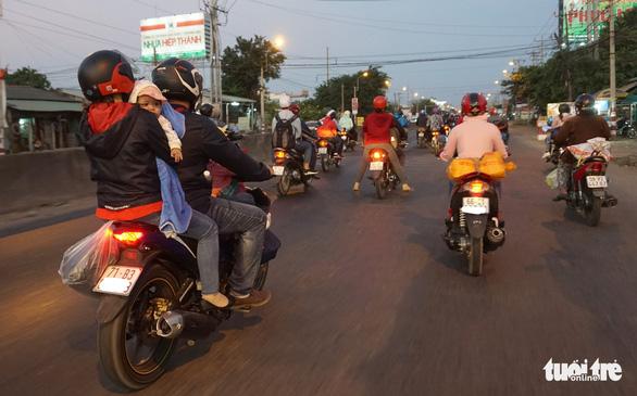 Lên lại Sài Gòn với trĩu nặng quà quê - Ảnh 8.