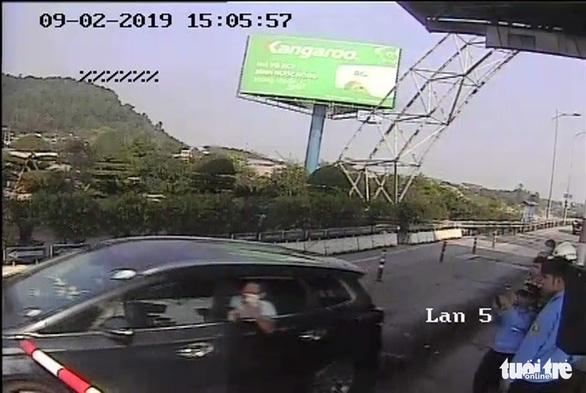 Vụ vượt trạm thu phí Bến Thủy: Tạm giữ tài xế do có hành vi chống công an - Ảnh 1.
