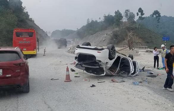 Mazda 6 lật ngửa trên cao tốc Nội Bài - Lào Cai, 3 người bị thương - Ảnh 1.