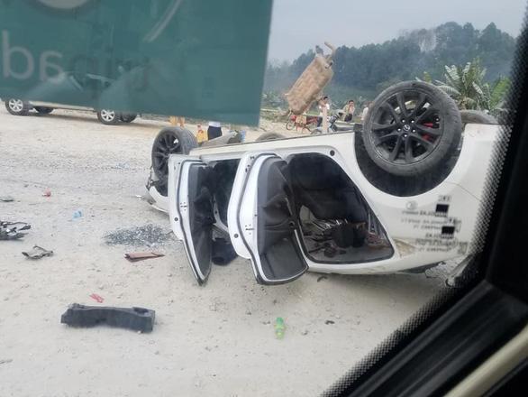 Mazda 6 lật ngửa trên cao tốc Nội Bài - Lào Cai, 3 người bị thương - Ảnh 2.
