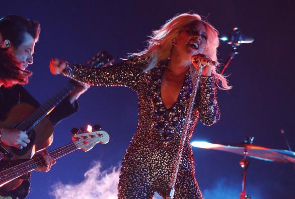 Lady Gaga giành 3 giải Grammy, bà Michelle Obama bất ngờ xuất hiện - Ảnh 1.