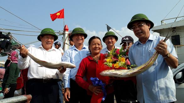 Đi biển đầu năm, ngư dân Quảng Trị trúng hơn 5 tỉ đồng cá bè vàng - Ảnh 2.