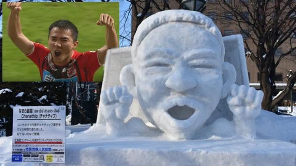 Messi Thái được tạc tượng bằng tuyết ở Nhật Bản - Ảnh 1.