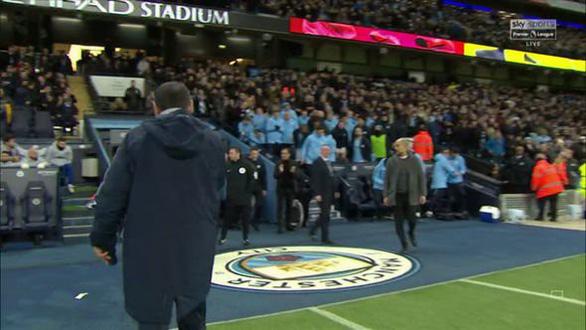HLV Guardiola giải thích giúp Sarri vụ không bắt tay - Ảnh 2.