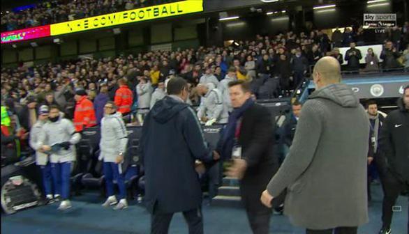 HLV Guardiola giải thích giúp Sarri vụ không bắt tay - Ảnh 1.