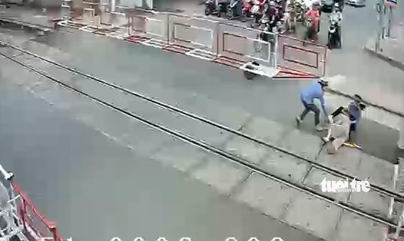 2 nữ nhân viên gác chắn cứu cụ bà trong 2 giây trước đoàn tàu lao tới - Ảnh 3.