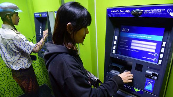 Khách hàng đã đi làm, nhiều ATM vẫn... nghỉ tết - Ảnh 1.
