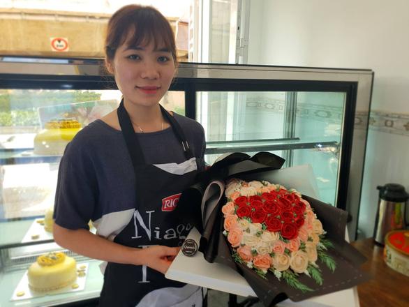 Bó hoa, hũ vàng bằng bánh kem vừa làm đã hết dịp Valentine trùng ngày Thần tài - Ảnh 1.