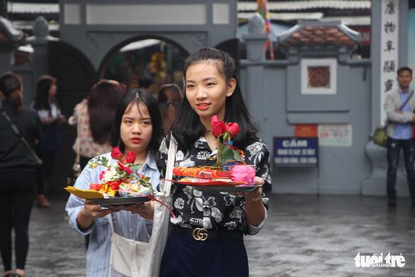 Dịp Valentine, bạn trẻ nô nức đến chùa Hà cầu duyên - Ảnh 2.