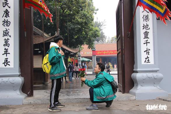 Dịp Valentine, bạn trẻ nô nức đến chùa Hà cầu duyên - Ảnh 3.