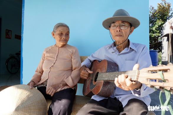 Cặp vợ chồng già 55 năm vun vén yêu thương - Ảnh 1.