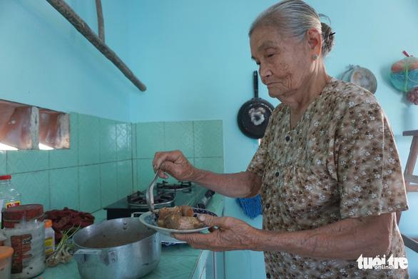 Cặp vợ chồng già 55 năm vun vén yêu thương - Ảnh 4.