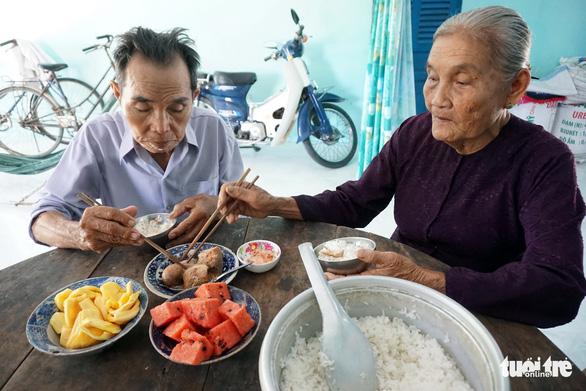 Cặp vợ chồng già 55 năm vun vén yêu thương - Ảnh 5.