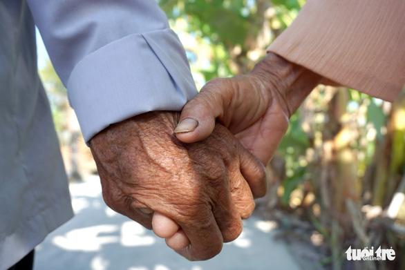 Cặp vợ chồng già 55 năm vun vén yêu thương - Ảnh 10.