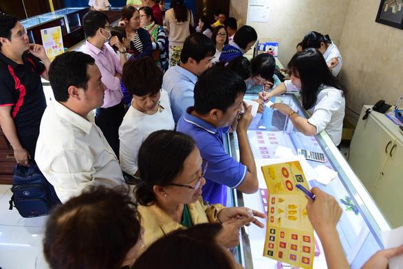Trước ngày Thần tài: người xếp hàng mua vàng, kẻ tranh thủ bán kiếm lời - Ảnh 1.