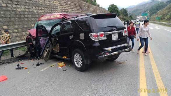 Xe 7 chỗ và xe khách tông nhau trên cao tốc, 9 người bị thương - Ảnh 1.