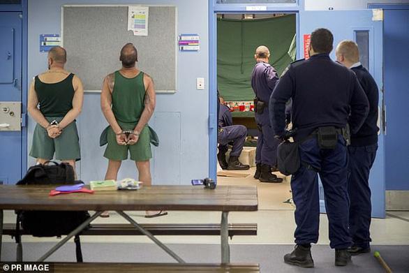 Lỡ yêu phạm nhân, nữ quản giáo nóng bỏng bị bắt giữ - Ảnh 2.