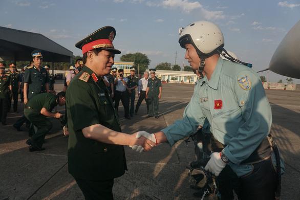 Bộ trưởng Bộ Quốc phòng kiểm tra huấn luyện bay ở sân bay Biên Hòa - Ảnh 3.