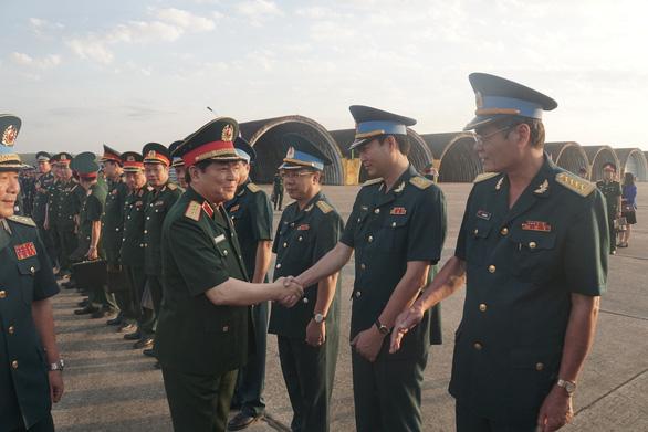 Bộ trưởng Bộ Quốc phòng kiểm tra huấn luyện bay ở sân bay Biên Hòa - Ảnh 1.