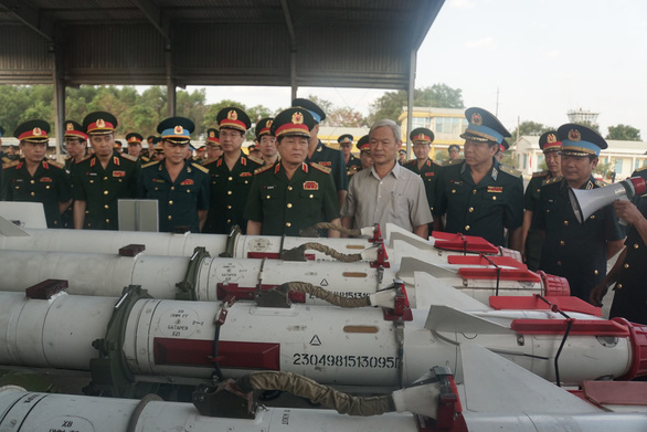 Bộ trưởng Bộ Quốc phòng kiểm tra huấn luyện bay ở sân bay Biên Hòa - Ảnh 4.