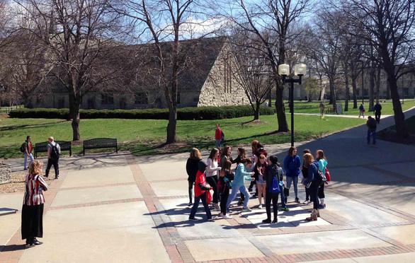 Thu hút sinh viên bằng campus tour kiểu Mỹ - Ảnh 1.