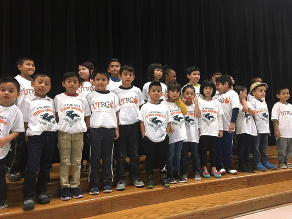 Cô giáo lớp 3 quyên góp áo thun tặng học trò nuôi mơ ước - Ảnh 1.