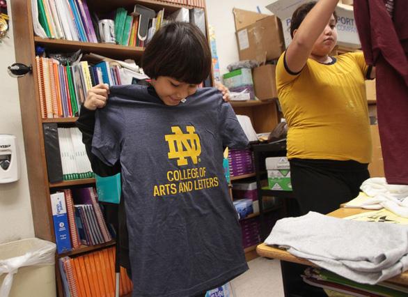 Cô giáo lớp 3 quyên góp áo thun tặng học trò nuôi mơ ước - Ảnh 2.